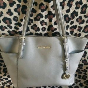 MICHAEL KORS EAST WEST TOP ZIP TOTE BAG